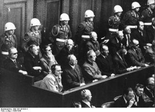 Bundesarchiv_Bild_183-V01032-3,_Nürnberger_Prozess,_Angeklagte